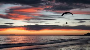 Paragliding längs stranden i Puerto Peñasco, arkivfoton
