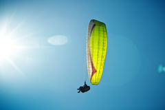 Paragliding a lo largo de la costa costa hermosa Fotos de archivo libres de regalías