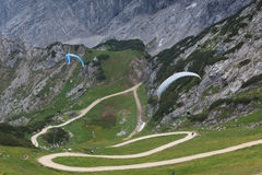 Paragliding in the mountains Royalty Free Stock Photos