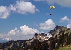 Paragliding nad górami Zdjęcia Royalty Free