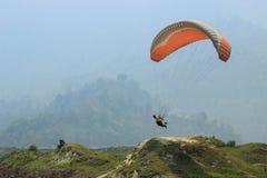 Paragliding nad himalajami Pokhara, Nepal zdjęcie royalty free