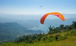 Paragliding nad Pokhara, Nepal fotografia royalty free