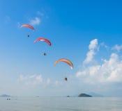 Paragliding nad tropikalny each Obraz Royalty Free