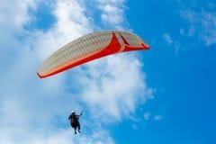 Paragliding no céu azul Foto de Stock Royalty Free
