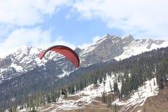 Paragliding på den Solang dalen, Manali Himachal Pradesh, (Indien) Royaltyfri Bild