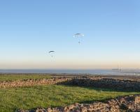 Paragliding på det Hadleigh slottet/fördärvar Fotografering för Bildbyråer