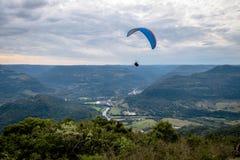 Paragliding på redet för Ninho das Aguias Eagle ` s - Nova Petropolis, Rio Grande do Sul, Brasilien arkivfoto