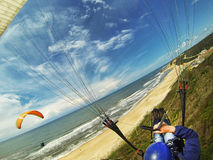 Paragliding på stranden Arkivbild