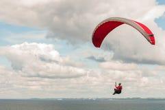 Paragliding przy linią brzegową Obrazy Stock