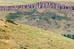 Paragliding sobre as montanhas de Colorado fotografia de stock royalty free