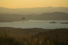 Paragliding sobre el depósito de Negratin Fotos de archivo