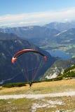 Paragliding sobre el lago de la montaña Foto de archivo