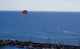 Paragliding sobre el océano Imagenes de archivo