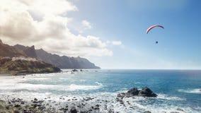 Paragliding sobre el océano Imágenes de archivo libres de regalías