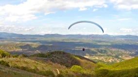 Paragliding sobre la cordillera almacen de video