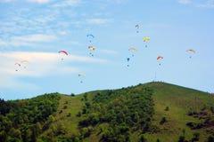 Paragliding sobre la montaña Imagenes de archivo