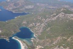 Paragliding sobre laguna azul Imagen de archivo
