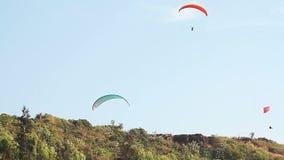 Paragliding sobre las montañas almacen de video