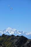 Paragliding sobre las montañas Fotos de archivo libres de regalías