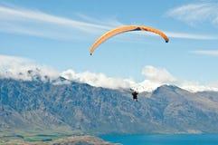 Paragliding sobre los mountais Imagen de archivo