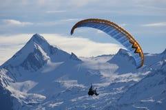 Paragliding sobre a montanha Imagem de Stock