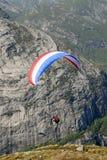 Paragliding sobre montanhas Fotografia de Stock Royalty Free