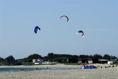 Paragliding sobre o mar Imagens de Stock Royalty Free