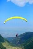 Paragliding sobre o vale e as montanhas Foto de Stock