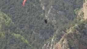 Paragliding tandem na tle skały zbiory