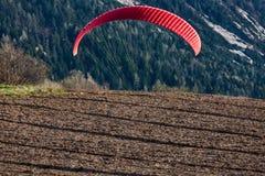 Paragliding under landning Arkivfoto