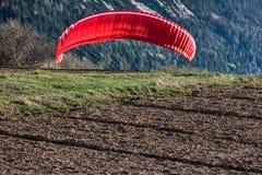 Paragliding under landning Royaltyfria Foton