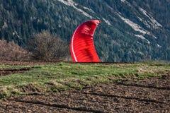 Paragliding under landning Royaltyfri Bild