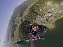 Paragliding w himalajach fotografia stock