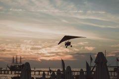 Paragliding w niebie Paraglider tandemowy latanie nad morzem z błękitne wody i górami w jaskrawym słonecznym dniu zdjęcie stock