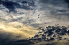 Paragliding w pogodzie sztormowej fotografia stock