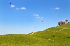Paragliding y estación meteorológica Fotos de archivo libres de regalías
