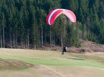 Paraglidingflyg royaltyfri bild