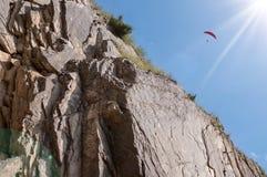 Paraglidingflyg i bergen Royaltyfria Bilder