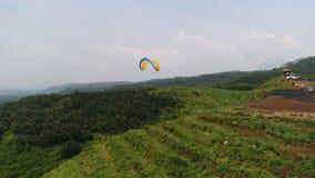 Paraglidingidrottsman nen, medan konkurrera i den nationella m?sterskapet arkivbild