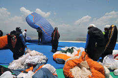 Paraglidingkonkurrens i wonogirien, Indonesien royaltyfria foton