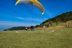 Paraglidingsport med trevliga landskap Arkivfoto