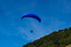 Paraglidingsport med trevliga landskap Arkivbild