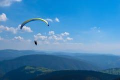Paraglidingsport med trevliga landskap Arkivfoton