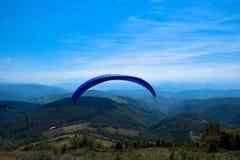 Paraglidingsport med trevliga landskap Royaltyfri Fotografi