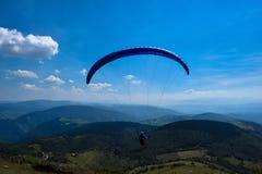 Paraglidingsport med trevliga landskap Arkivbilder