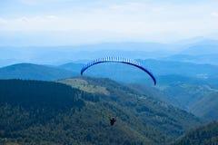 Paraglidingsport med trevliga landskap Royaltyfria Foton