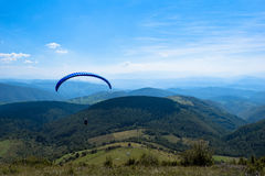 Paraglidingsport med trevliga landskap Royaltyfria Bilder