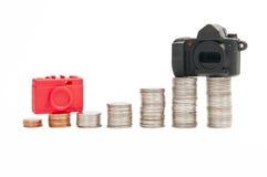 Paragone del prezzo fra la macchina fotografica compatta e DSLR Ca fotografia stock libera da diritti