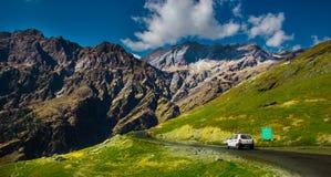 Paragraaf die naast heuvelige weg met groen weiland en blauwe hemel op de manier aan Himalayagebergte van de weg varen, manalitoe stock afbeeldingen