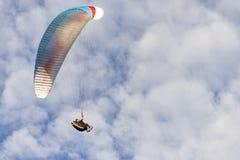Paragraaf-het zweefvliegtuig in strijd, hangt in bewolkte blauwe hemel stock afbeeldingen